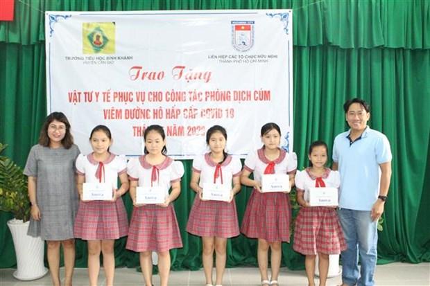 L'Union des organisations d'amitie de HCM-Ville assiste des ecoles dans la lutte contre le COVID-19 hinh anh 1