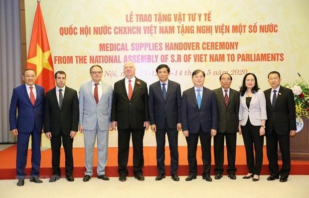 L'AN vietnamienne offre des equipemens medicaux a certains parlements etrangers hinh anh 1
