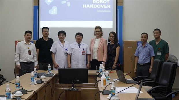 COVID-19 : le PNUD remet des robots a l'Hopital national des maladies tropicales hinh anh 1