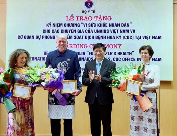 VIH/Sida : le Vietnam honore trois experts medicaux internationaux hinh anh 1