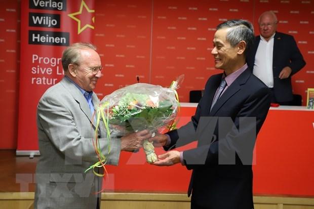 Presentation d'un livre sur le President Ho Chi Minh en Allemagne hinh anh 1