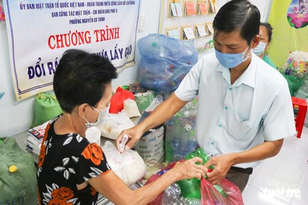 A Ho Chi Minh-Ville, on peut echanger des dechets plastiques contre du riz hinh anh 1