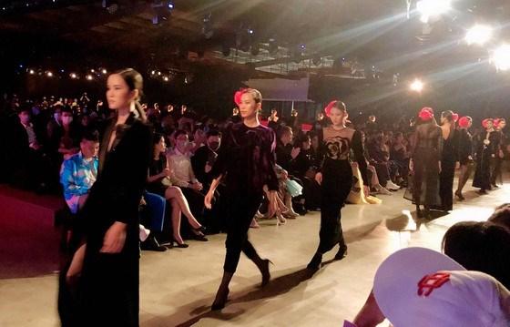 400 mannequins et artistes au Festival international de la mode du Vietnam 2020 hinh anh 1