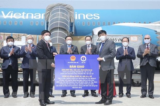 Remise de vaccin et de materiels medicaux anti-COVID-19 au Vietnam hinh anh 1