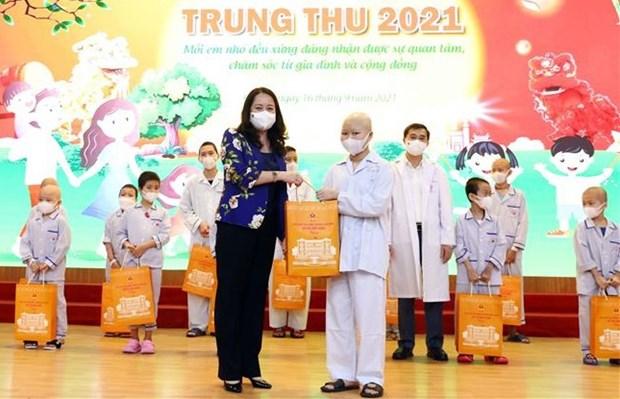 La vice-presidente Vo Thi Anh Xuan offre des cadeaux a des enfants hospitalises hinh anh 1