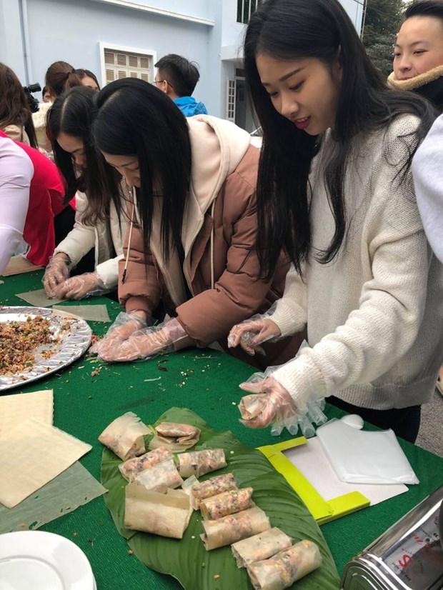 Des etudiants etrangers accueillent le Tet hinh anh 2