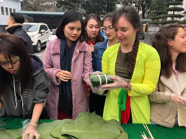 Des etudiants etrangers accueillent le Tet hinh anh 1