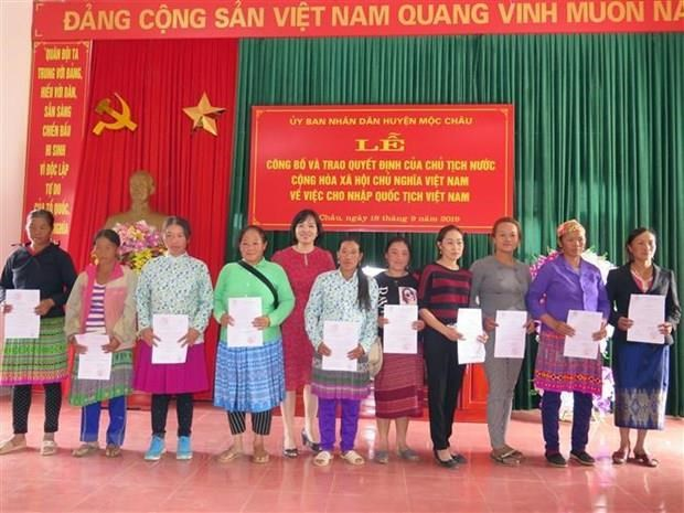 Des ressortissants laotiens de Son La obtiennent la citoyennete vietnamienne hinh anh 1