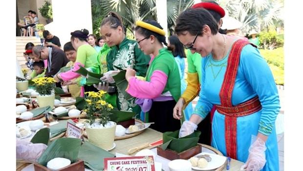Plus de 100 touristes etrangers ont participe au Festival des « banh chung » a Binh Thuan hinh anh 1