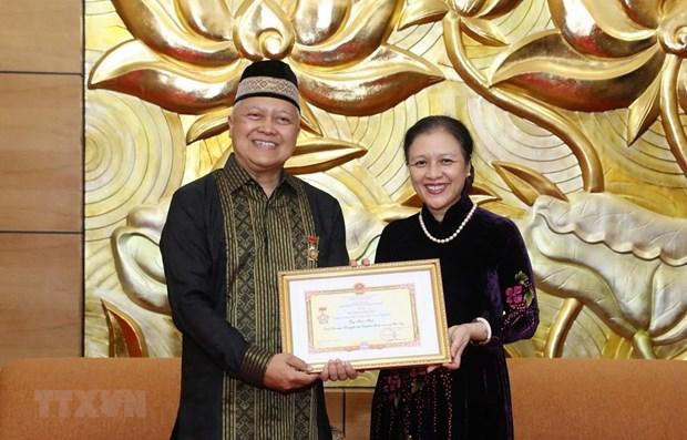 Remise de l'Insigne pour la paix et l'amitie a l'ambassadeur d'Indonesie hinh anh 1