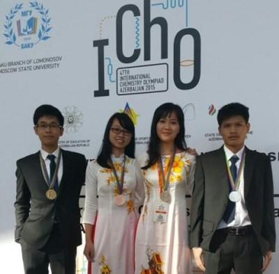 Quatre eleves vietnamiens primes aux Olympiques internationales de chimie 2015 hinh anh 1