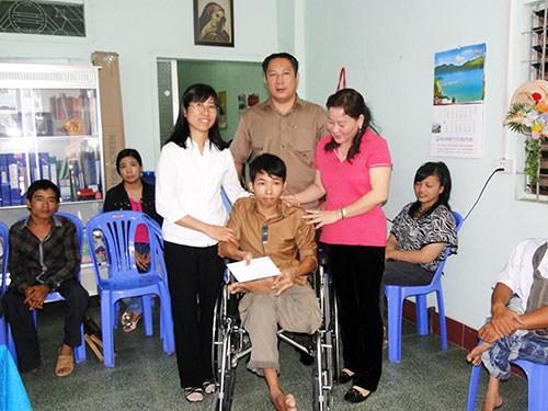 Des fauteuils roulants aux personnes handicapees a Lam Dong hinh anh 1