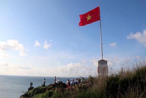 Inauguration d'un mat au drapeau sur l'ile de Phu Quy hinh anh 1