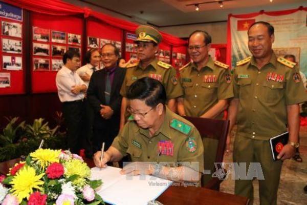 Laos-Vietnam : exposition sur la cooperation entre les polices hinh anh 1