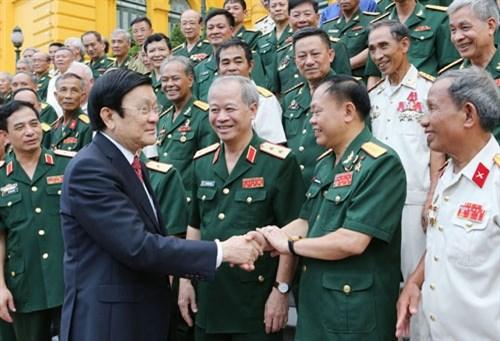 Le chef de l'Etat recoit des anciens combattants de deux divisions heroiques hinh anh 1