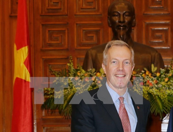 L'ambassadeur americain Ted Osius inspecte le deminage a Quang Tri hinh anh 1