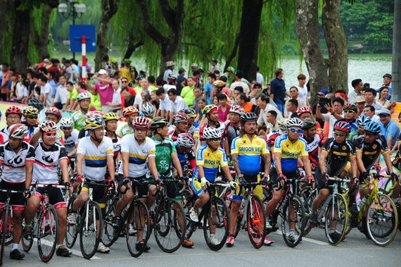 Pres de 500 sportifs au tournoi cyclisme Hanoi elargi hinh anh 1