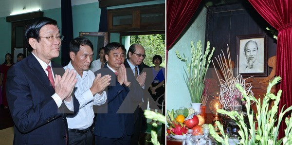 Le chef de l'Etat brule de l'encens en memoire du President Ho Chi Minh hinh anh 1