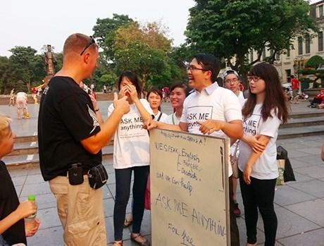Des guides touristiques volontaires a Hanoi hinh anh 1