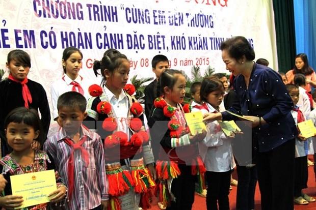 Remise de bourses aux enfants en difficulte a Ha Giang hinh anh 1
