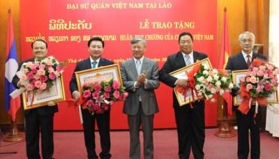 Le Vietnam honore certains responsables laotiens hinh anh 1