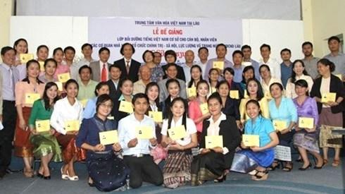 Une classe de langue vietnamienne pour des cadres et fonctionnaires laotiens hinh anh 1