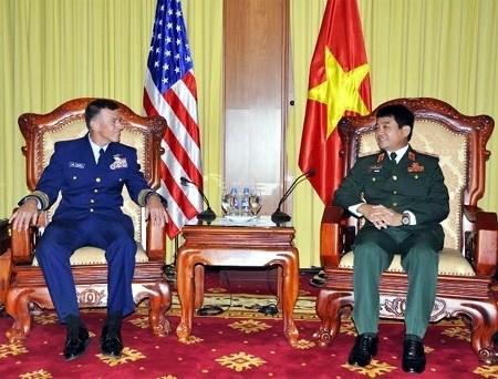 Les garde-cotes vietnamiennes et americaines renforcent leur cooperation hinh anh 1