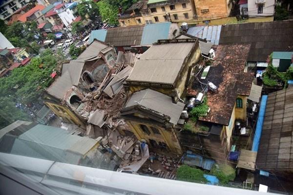 Hanoi : une maison ancienne s'effondre au centre-ville, deux morts hinh anh 1