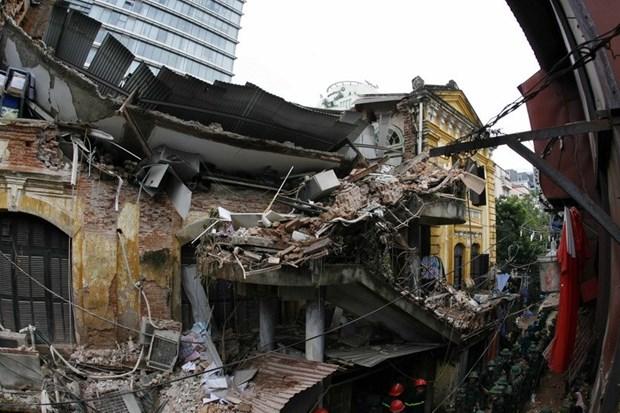 Hanoi : une maison ancienne s'effondre au centre-ville, deux morts hinh anh 2