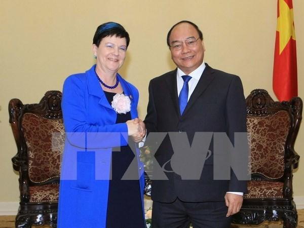 Le vice-PM Nguyen Xuan Phuc recoit une sous-secretaire d'Etat britannique hinh anh 1