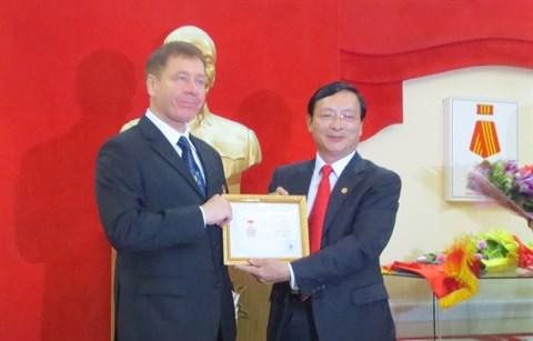 Remise de l'insigne «Pour la paix et l'amitie entre les peuples» a l'ambassadeur d'Ukraine hinh anh 1