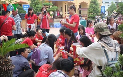 Fete de la mi-automne : plus d'un milliard de dongs pour les enfants pauvres hinh anh 1