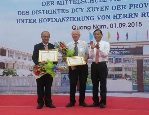 Un Allemand soutient la construction d'un college a Quang Nam hinh anh 1