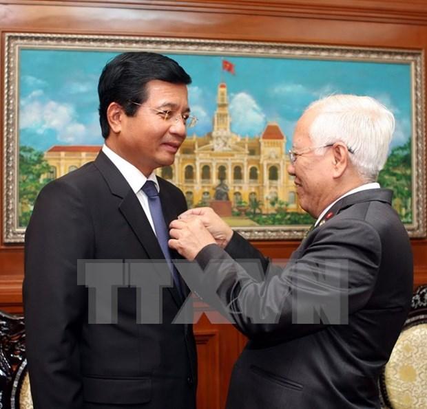 Remise de l'Insigne de Ho Chi Minh-Ville a l'ambassadeur du Laos au Vietnam hinh anh 1