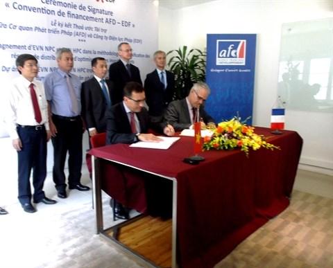 Signature de conventions de financement entre l'AFD et EDF a Hanoi hinh anh 1
