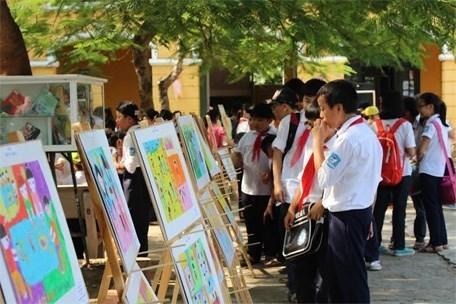 Des eleves de Hanoi celebrent la Journee internationale de la fille hinh anh 1