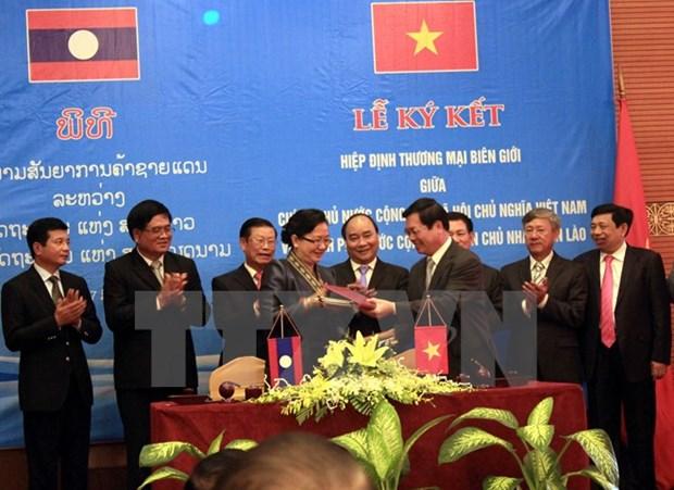 Adoption de l'accord sur le commerce transfrontalier Vietnam-Laos hinh anh 1