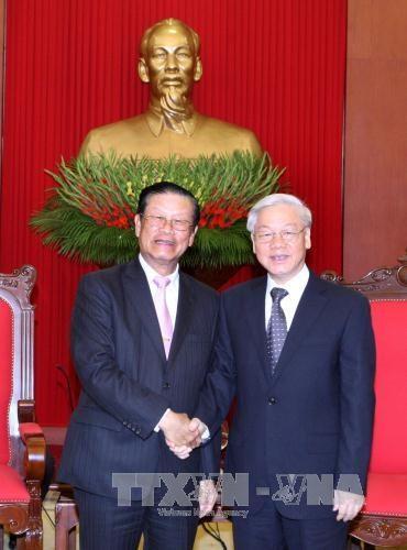 Des dirigeants du Parti et de l'Etat recoivent un dirigeant laotien hinh anh 1