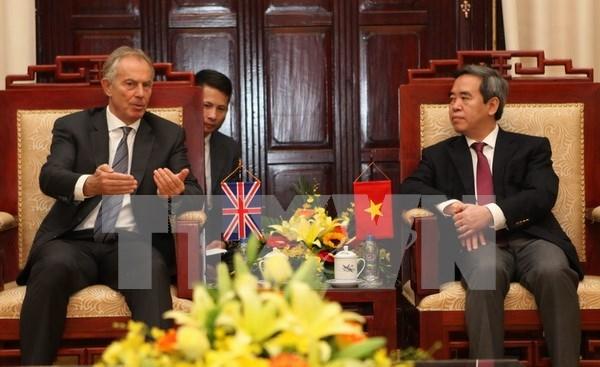 Le gouverneur de la Banque d'Etat du Vietnam recoit l'ex-PM britannique Tony Blair hinh anh 1