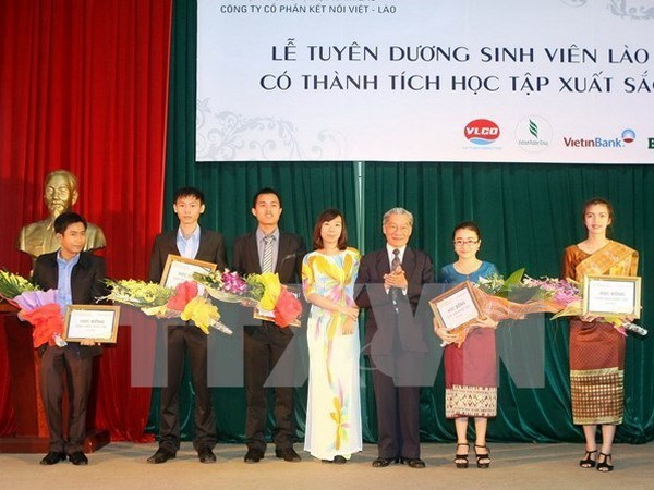 Thua Thien-Hue aide le Laos a former des ressources humaines hinh anh 1