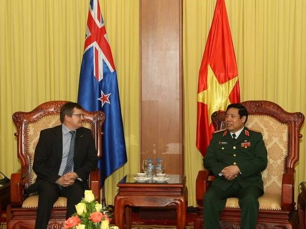 Le general Phung Quang Thanh recoit le secretaire general adjoint a la defense neo-zelandais hinh anh 1