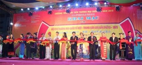 Ouverture de la foire internationale du commerce Vietnam-Chine 2015 a Lao Cai hinh anh 1