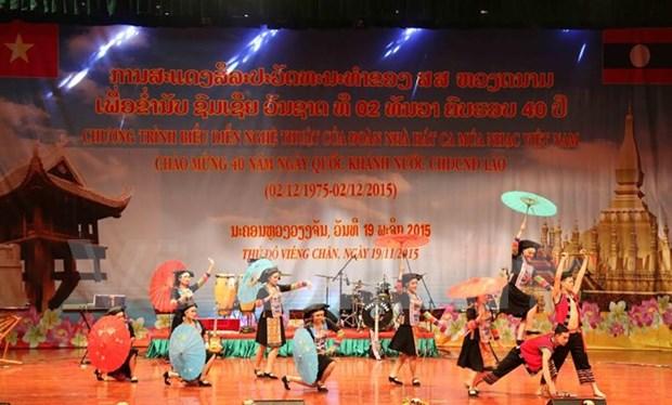 Des artistes vietnamiens saluent la Fete nationale du Laos hinh anh 1