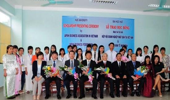 Remise de bourses japonaises a des etudiants de l'Universite de Hue hinh anh 1