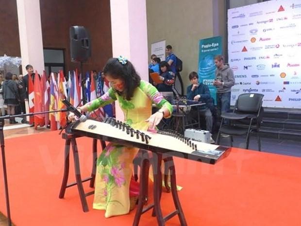 Le Vietnam participe a la Foire caritative Bazaar en Ukraine hinh anh 1