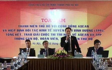 Les jeunes Hanoiens se renseignent sur la Communaute de l'ASEAN et le TPP hinh anh 1
