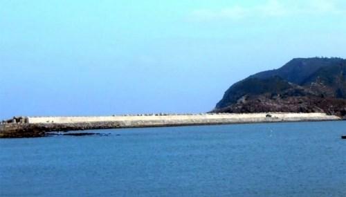 Quang Binh: achevement de la digue reliant les iles de Hon La et Hon Co hinh anh 1