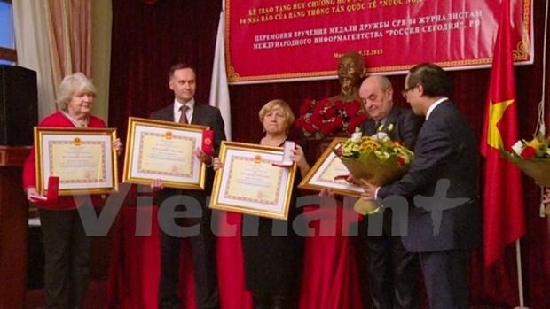 Remise de la medaille de l'Amitie a 4 journalistes russes hinh anh 1