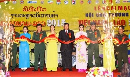 Une centaine d'entreprises a la foire commerciale Vietnam-Laos 2015 hinh anh 1