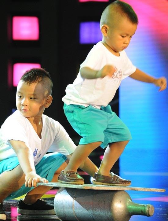 Les deux plus jeunes artistes de cirque du Vietnam hinh anh 1